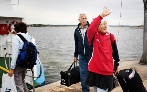 - Hejdå Knarrholmen. Erna Olausson vänder sig om en sista gång och tar avsked med gråt i rösten. Så kliver hon och Jan Rosvall på båten. Foto: Erik Abel