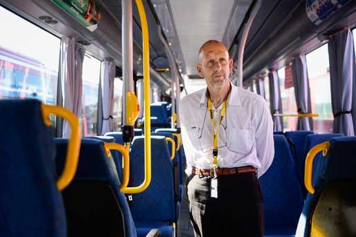 Här får han köra buss – men inte hos sin gamla arbetsgivare. –Det är litet konstigt att man inte får jobba när man vill, inte minst när alla politiker säger att vi måste jobba längre, tycker Ola Sandh.Foto: Fanni Olin Dahl