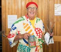 Siv Kovanen går på ABF-kursen måla i akryl. Där pratas det också om konst, för att öka deltagarnas allmänna kulturintresse. Foto: Fanni Olin Dahl