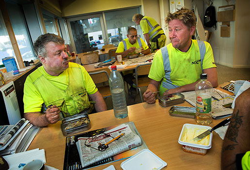 Thomas Nordling och Tomas Forsström vill att svenska kollektivavtal ska gälla alla och oroas av att allt fler byggjobb utförs av utländsk arbetskraft.Foto: Jonas Ekströmer