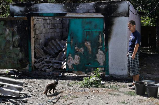 Nikolai Prokhorov återvänder till sin mors hus i byn Hrabske i östra Ukraina. Bittra strider har rasat i området under större delen av augusti. Foto: Sergei Grits