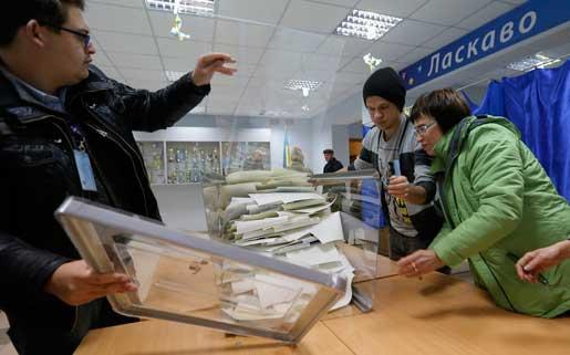 Rösträkning efter det ukrainska parlamentsvalet i söndags. Foto: SSergei Chuzavkov
