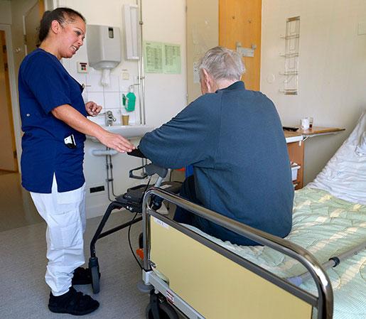– Vi söker det här jobbet för att hjälpa människor, säger Fiona Guven, som här är med en patient på geriatriken. Patienterna är multisjuka äldre. Foto: Janerik Henriksson