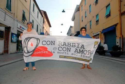"""""""Med ilska och med kärlek"""" är föreningens motto. Elena Pasquini och Valeria Toffolutti kämpar för att massakern på de italienska arbetsplatserna ska upphöra. Foto: Kristina Wallin"""