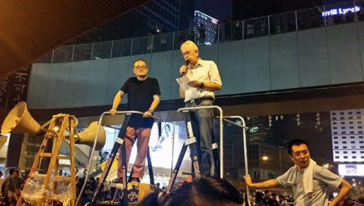 Pauli Kristianson håller tal inför demonstranter i Hongkong.