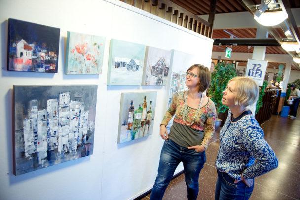 –Hon är jäkligt duktig. Speciellt när vi vet hur svårt akvarell är, säger Anna Östlund, till höger, och Karin Hoppe Storck håller med, när de visar Morakonstnären Annette Backmans verk i personalmatsalen Blå lådan.Foto: Ulf Palm