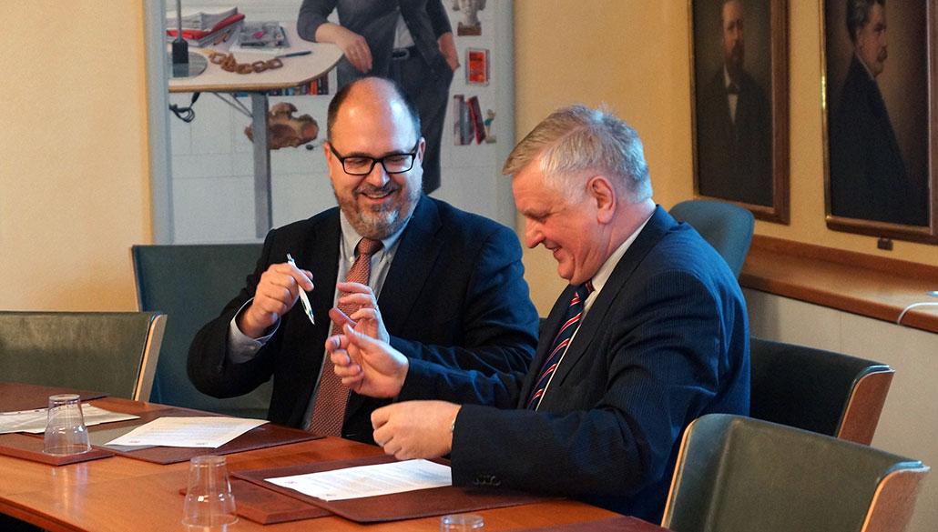 LO:s ordförande Karl-Petter Thorwaldsson och lettiska LBAS ordförande Peteris Krigers undertecknar samarbetsavtal. Foto: Lena Malmberg