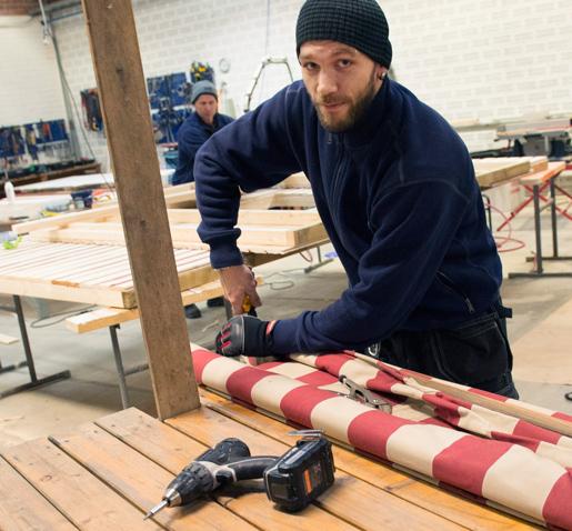 För Caster Kedert är jobbet på Trosa kommun perfekt. Han gillar hårt fysiskt arbete och allt han vill ha är en förstående arbetsgivare. Foto: Fredrik Sandberg