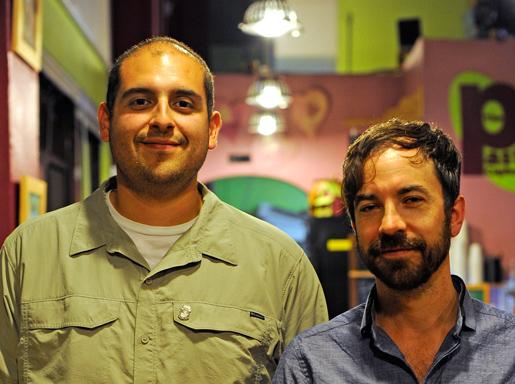 Rudy Gonzalez, representant  för facket Teamsters, och medlemmen Cory Hallman hjälper anställda på Edgewood att ansluta sig till facket. Foto: Hanna Sistek