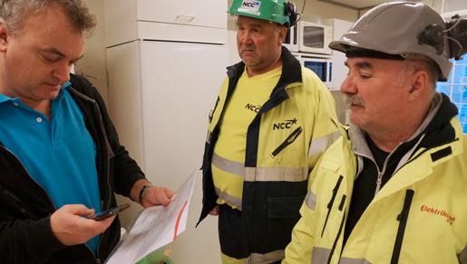 Göran Sporsén (till vänster) kartlägger löner och villkor för byggarbetare. Foto: Lena Malmberg