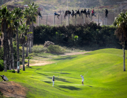 Melilla, en spansk enklav längs Marockokusten, oktober 2014: Migranter försöker korsa gränsen in till EU samtidigt som golfare lugnt fortsätter sitt spel. Foto: José Palazon/Reuters