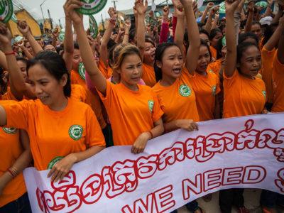 Kambodjanska textilarbetare demonstrerar för högre löner i september. Foto: Heather Stilwell