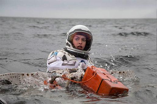 Anne Hathaway som Jessica Chastain i Interstellar.