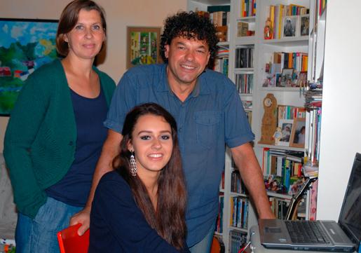 Familjen – Katarina Sångberg, Biagio De  Rosa och 15-åriga dottern Sofia – anser sig vara lyckligt lottad som klarar sig ekonomiskt mitt i krisens Italien.Foto: Kristina Wallin