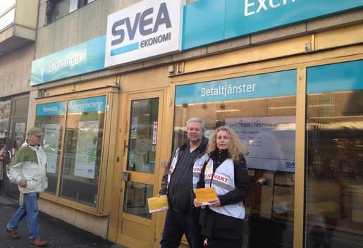 Stefan Henricson och Kristina Sjöberg går strejkvakt utanför Svea Exchange på Klarabergsgatan i Stockholm. Foto: Annika Olsson
