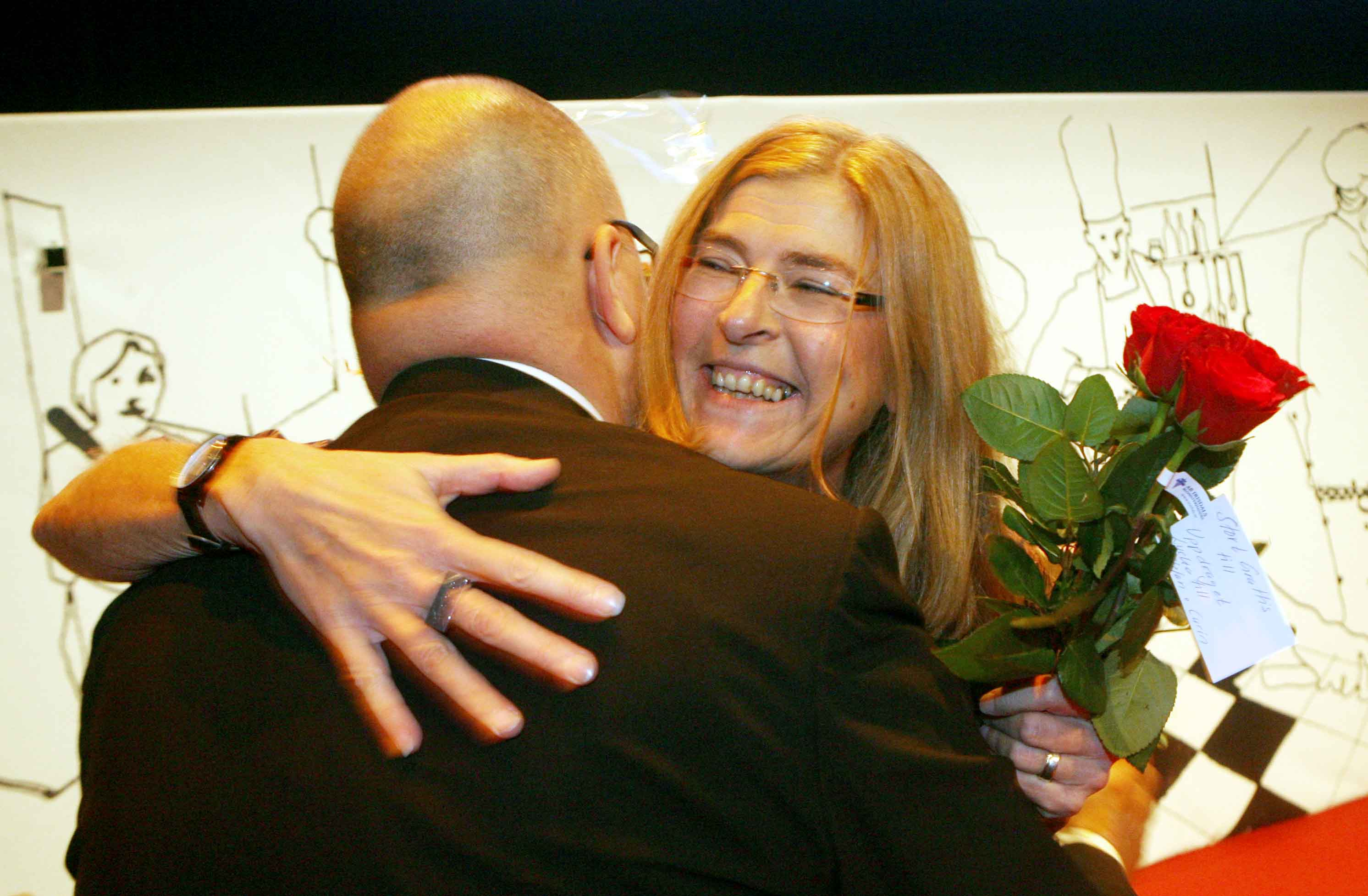 Therese Gouvelin gratuleras av LO-ordföranden Karl-Petter Thorwaldsson. Foto: Tobias Wallström