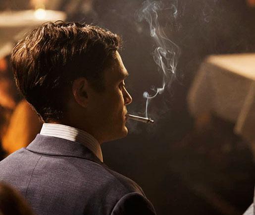 David Dencik röker snyggt i Gentlemen.