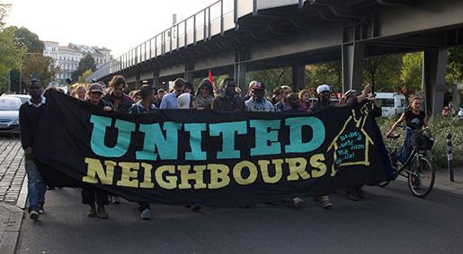 """En av många gemensamma protester: i september demonstrerade flyktingaktivister och invånare i Kreuzberg under parollen """"Uppehållstillstånd och bostad åt alla"""".  Foto: Unn Gustafsson"""
