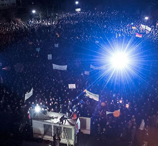 """Pegidas demonstration mot """"islamiseringen i väst"""", måndagen den 8 december. Många talare hävdade att protesten gäller islamism, inte islam eller muslimer. Men gränsen riskerar att suddas ut.   Foto: Jens Meyer"""