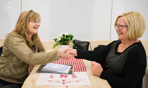 Klappat och klart! Gordana Kos, städ- företagare, är helt överens med Fastighets  Anneli Pettersson och kollektivavtalet är  påskrivet.Foto: Vilhelm Stokstad