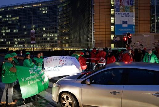 De strejkande demonstrerade i den stillastående trafiken i Bryssel under strejken i måndags. Foto: Yves Logghe