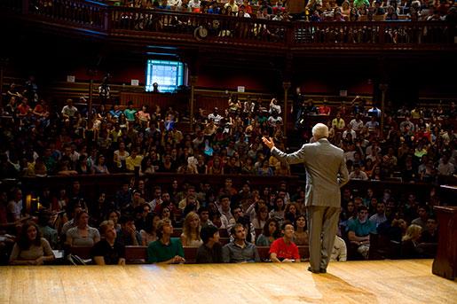 Michael J Sandel föreläser för andäktiga Harvardstudenter. Foto: Justin Ide/Harvard News Office