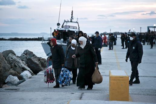 Cirka 750 flyktingar, mestadels från Syrien, tog sig i land i Grekland från ett trasigt fartyg förra veckan. Men migrantströmmarna till Europa är oroväckande små, anser OECD. Foto: Petros Giannakouris