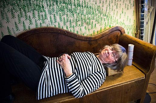 Anita Persson på sin ryggutsträckarsoffa. Foto: Nora Lorek