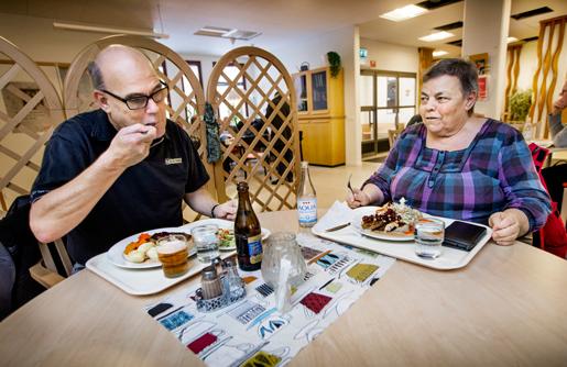 Att gå i pension betydde nästan halverad inkomst för Bengt Karlsson, som jobbade heltid i 37 år, och Birgitta Ljungqvist, som arbetade i 34 år varav 28 på heltid. Bengt drygar ut pensionen med arbete, men Birgitta är för sliten för att orka.Foto: Staffan Claesson