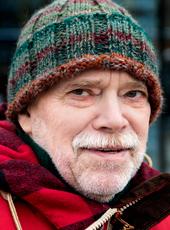 – Min pension ligger under fattigdomsgränsen på 10 800 kronor i månaden, säger Sören Persson, skötare inom psykiatrin som arbetat deltid och som vid 71 års ålder fortsätter att jobba extra. Vid sidan av vården översätter han böcker från spanska – i portföljen ligger ett skönlitterärt verk från 1200-talet. Foto: Staffan Claesson