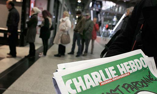 Kö för att köpa det nya numret av Charlie Hebdo. Tidskriften säljs också i svenska pressbyråer. Foto: Christophe Ena