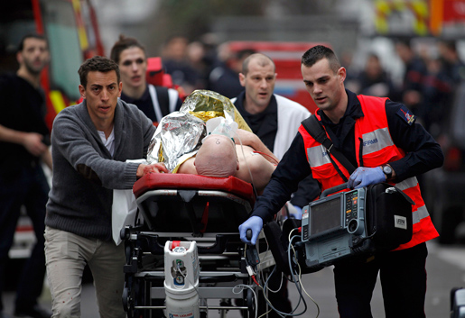 En av de skadade förs iväg efter attacken mot tidningen Charlie Hebdo i Paris. Foto: Thibault Camus