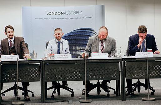 Darren Johnson, Green party (tredje från vänster) försöker lyfta bostadskrisen bland nationella politiker men får klent gensvar. Foto: Åsa Westerlund