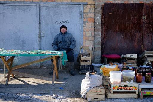 Pengarna förlorar i värde, skatten höjs, gaspriserna höjs. Nikolay Gapchenko säljer fröer för att dryga ut sin pension.Foto: Ivan Chernichkin