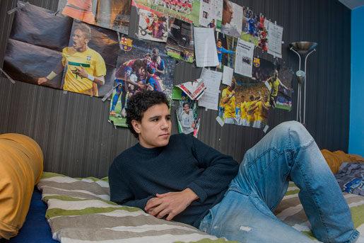 Hemma i sovrummet har Jonas El Marghichi nått Europaeliten i spelet League of Legends. Men ett jobb som elektriker har varit svårare att uppnå.Foto: Jonas Ekströmer