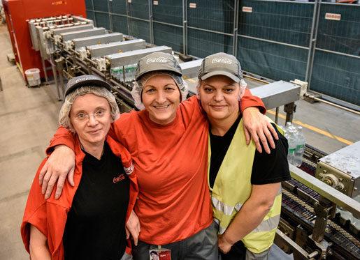 Ida Ljubez, Biljana Tadic och Emina Qundos vill visa vilken stark  sammanhållning de har trots att  de är 41 nationaliteter på fabriksgolvet. Foto: Anders Wiklund