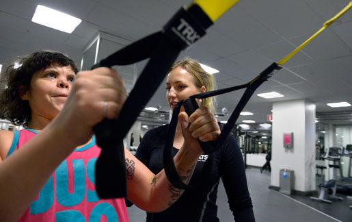 Julia Månsson hjälper Sannah Salameh med rätt utförande.Foto: Janerik Henriksson