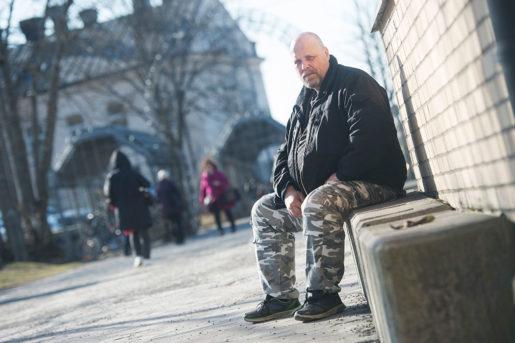 – Hur jag gör på kvällen? Letar upp en öppen port, säger Benny, hemlös sedan januari förra året. Foto: Anders Wiklund