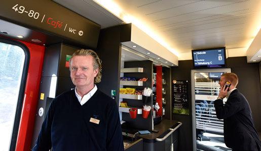 Bengt Bräda och Andreas Svensson hjälps åt i kaféet, där en känd kock har välsignat menyn. Rostbiffmackorna tar slut i Skövde, rapporterar Andreas. Foto: Anders Wiklund