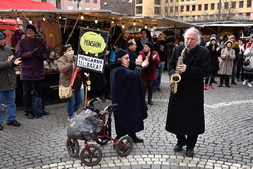 Ada Samuelson och Dror Feiler deltog i appellmötet utanför SEB:s årsstämma. Foto: Anders Wiklund