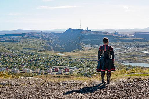 Anna-Stina Svakko, samisk slöjdhantverkare, blickar ut över Kirunavaara. Foto: Lisa Kejonen Pauker