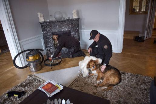 En Östermalmshund får lite omsorg av lärlingen medan Christian tar hand om öppna spisen. Foto: Nora Lorek