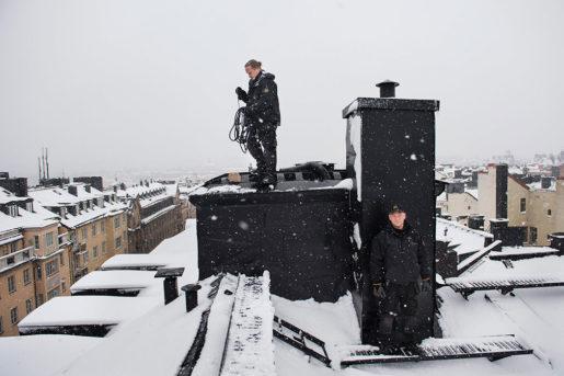 Christian Sjögård och lärlingen Tommy Storfeldt fixar drag i skorstenen. Foto: Nora Lorek