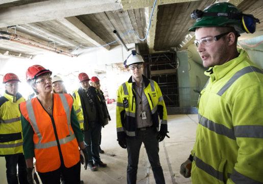 Ylva Johansson pratar med Skanskas skyddsombud Anders Widing.