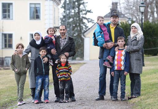 Varför får man inte börja lära sig svenska i väntan på uppehållstillstånd? Obegripligt, tyckte familjerna Alsabae och Alhalaq från Syrien, som Arbetet träffade för några veckor sedan i uppländska Skebobruk. Nu lovar statsministern svenskundervisning på asylboendena.Foto: Fredrik Sandberg