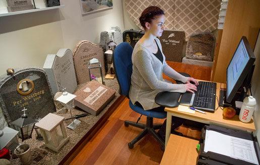 Josefine Vallströms kontorsmiljö liknar inte andras.  Foto: Johan Gunséus