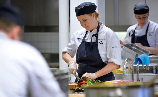 Cecilia Svanholm är snabb med kniven. Foto: Henrik Montgomery