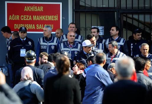 Anhöriga och överlevande anländer till domstolen där gruvcheferna står åtalade. Nu ställer gruvarbetarna även sitt fack till svars för olyckan. Foto: Emre Tazegul