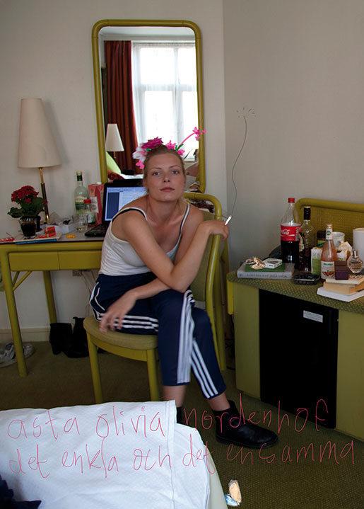 Omslaget till Asta Olivia Nordenhofs redan omtalade diktsamling är gjort av Albert Madsen (foto och grafisk form)