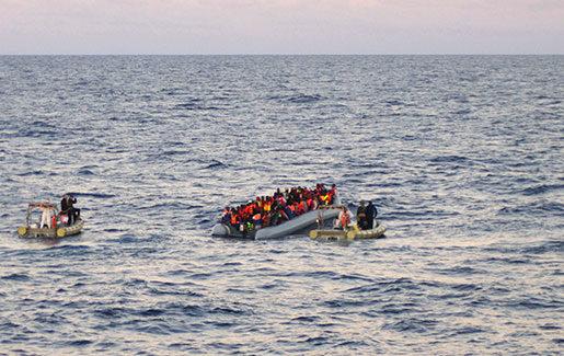 Flyktingbåt utanför Libyens kust. Foto: Italienska marinen/TT